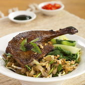 Roast Duck with Kway Teow Patt Thai — Stock Photo