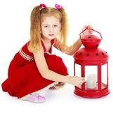 девушка в красном платье с красной лампой — Стоковое фото