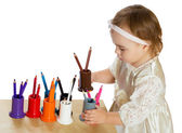 Little girl lays pencils — Stock Photo