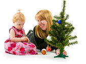 Mom and little daughter a Christmas tree — ストック写真