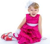 Charmante petite fille dans une robe rouge et shlyape à la mode. — Photo