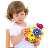 Beautiful little girl with beautiful hairstyle holds a bouquet o — Stock Photo