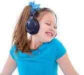 Küçük bir çocuk üzerinde beyaz izole kulaklık — Stok fotoğraf