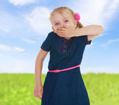 Mädchen schließt mund mit der hand — Foto de Stock