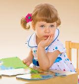 テーブルに座っている女の子. — ストック写真