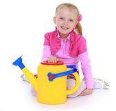 Chica sosteniendo una regadera de jardín. — Foto de Stock