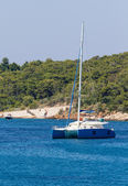 Um azul catamaran de vela de luxo ancorado — Foto Stock