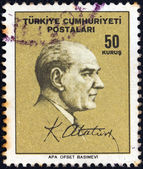 Turcja - około 1965: znaczek wydrukowany w turcji pokazuje kemal ataturk i jego podpis, około 1965. — Zdjęcie stockowe