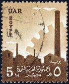 Mısır - 1958 yaklaşık: fabrika silüeti ve dişli, 1958 yaklaşık mısır gösterir, bir damga basılmış. — Stok fotoğraf