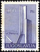 """Jugoslawien - ca. 1974: eine briefmarke gedruckt in jugoslawien aus der """"denkmäler""""-ausgabe zeigt denkmal am belcista dorf, fyrom, ca. 1974. — Stockfoto"""