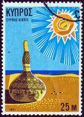 Chypre - circa 1971 : un timbre imprimé à Chypre de la question de « tourisme » montre une gourde sur la plage ensoleillée, vers 1971. — Photo