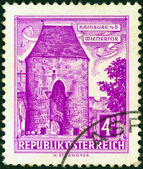 "AUSTRIA - CIRCA 1957: A stamp printed in Austria from the ""Buildings"" issue shows Vienna Gate, Hainburg, circa 1957. — Stock fotografie"
