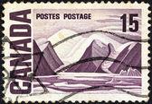 """Canadá - circa 1967: un sello impreso en canadá de la cuestión """"centenaria"""" muestra de pintura """"isla bylot"""" por lawren harris, circa 1967. — Foto de Stock"""