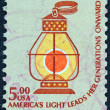 "图库照片: US- CIRC1975: stamp printed in USfrom ""Americana"" issue shows railroad conductor's lantern (c. 1850) and inscription ""America's Light Leads Her Generations Onward"", circ1975."