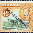Foto Stock: MALT- CIRC1948: stamp printed in Maltshows Mnajdrtemple and King George VI (Self-government 1947 overprint), circ1948.