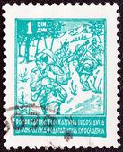 Jugoslavien - ca 1945: en stämpel som tryckt i jugoslavien visar partisan, circa 1945. — Stockfoto