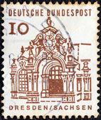 """Deutschland - ca. 1964: eine briefmarke gedruckt in deutschland aus der """"zwölf jahrhunderte deutscher architektur""""-ausgabe zeigt zwinger pavillon, dresden, ca. 1964. — Stockfoto"""