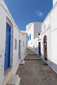 Picturesque alley in Plaka village, Milos island, Greece — Stock Photo