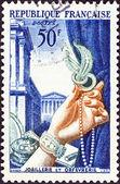 """Frankrijk - circa 1953: een stempel gedrukt in Frankrijk van de """"literaire figuren en nationale industrieën"""" kwestie toont plaat van goud en juwelen, ca. 1953. — Stockfoto"""