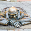 Street statue of Man at Work in Bratislava called Cumil, Slovakia — Stock Photo