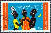 """Burkina faso - cca 1985: známka vytištěna v burkina faso od """"dodo karneval"""" emise ukazuje tři tanečníci, asi 1985. — Stock fotografie"""