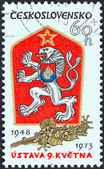 Tsjecho-slowakije - circa 1973: een stempel gedrukt in tsjecho-slowakije voor de 25ste verjaardag van 9 mei grondwet tsjechoslowaakse armen, circa 1973 blijkt afgegeven. — Stockfoto