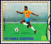 """Equatoriaal-guinea - circa 1977: een stempel gedrukt in equatoriaal-guinea uit de """"wereldkampioenschap voetbal, argentinië 1978"""" kwestie pele, circa 1977 toont. — Stockfoto"""