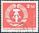 германская демократическая республика - около 1973: марку, напечатанную в германии показывает герб, около 1973. — Стоковое фото