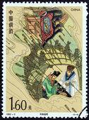 """China - ca. 1992: eine briefmarke gedruckt in china von der """"romantik der drei reiche von luo guanzhong"""" 3. ausgabe zeigt zhuge liang und lu su im stroh bedeckten boot angegriffen pfeil, ca. 1992. — Stockfoto"""