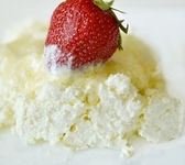 Cottage cheese with sugar and strawberries — Stock Photo