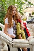 Dvě mladé dívky na dvorku staré město — Stock fotografie