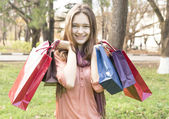 Bir çok hediye paketi tutan genç kız — Stok fotoğraf
