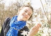 Beautiful girl near a flowering spring tree — Foto de Stock