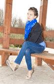 Chica pensativa, sentada en el parque — Foto de Stock