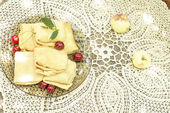 テーブル クロスにチェリーとおいしいパンケーキ — ストック写真