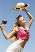踊る少女取扱いマラカスと帽子 — ストック写真