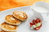 Pancakes with sour cream and strawberries — Foto de Stock