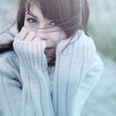 Beautiful girl freezing outdoor — Stock Photo