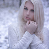 Beautiful girl freezing outdoor — Foto Stock