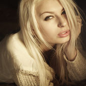 Glamorous portrait of a beautiful blonde with perfect clean skin — Stock Photo