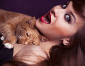 Pin-up girl young and beautiful woman portrait with cat — Stock Photo