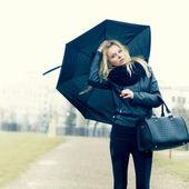 在雨中伞的女人 — 图库照片