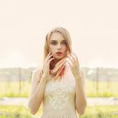 Mujer de belleza en vestido retrato sobre fondo de plena luz del día — Foto de Stock