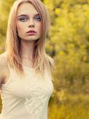 Hermosa rubia primer plano retrato sobre fondo de plena luz del día en el parque — Foto de Stock