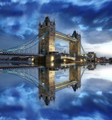 Tower bridge mit boot am fluss in london, uk — Stockfoto
