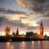 Famoso big ben de la noche con bridge, londres, inglaterra — Foto de Stock