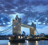 Célebre tower bridge en la noche, londres, inglaterra — Foto de Stock