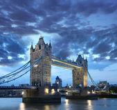 Słynny tower bridge w wieczór, londyn, anglia — Zdjęcie stockowe