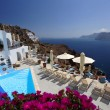 Luxury resort swimming pool in Santorini, Greece — Stock Photo