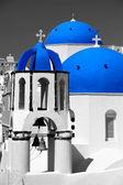 удивительный остров санторини с церквями в греции — Стоковое фото